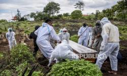 In Picture: Proses Pemakaman Jenazah Covid-19 di TPU Cikadut
