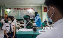 In Picture: Vaksinasi Siswa Sekolah di Kota Solo