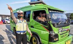 In Picture: Penyekatan Mudik di Limbangan, 150 Kendaraan Diputarbalik.