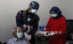 Kakek 104 Tahun Ini Disuntik Vaksin Covid-19 oleh <em>Superhero</em>