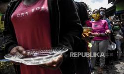 In Picture: Pembagian Makan Siang Gratis di Lio Genteng, Bandung