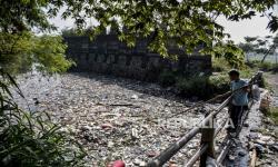 In Picture: Sampah Plastik Penuhi Sungai Citepus Dayeuhkolot