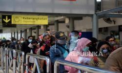 In Picture: Antrean Calon Penumpang Kereta Jelang Libur Nataru