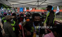 Petugas Kepolisian berjaga di pintu stadion sebelum pertandingan final sepak bola putra PON Papua antara tim Papua melawan Nangroe Aceh Darussalam di Stadion Mandala, Kota Jayapura, Kamis (14/10),