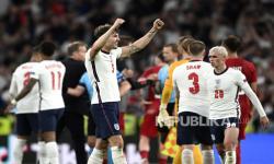 Pemain Inggris John Stones dan rekan-rekannya merayakan kemenangan setelah memenangkan pertandingan semifinal kejuaraan sepak bola Euro 2020 antara Inggris dan Denmark di Stadion Wembley di London, Rabu, 7 Juli 2021.