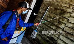 Petugas kesehatan menyemprotkan cairan Fendona ke dinding rumah warga, Arsopura, Skanto, Keerom, Papua (ilustrasi)