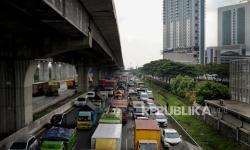 In Picture: Penyekatan dan Penutupan Tol MBZ, Jalan Tol Cikampek Macet