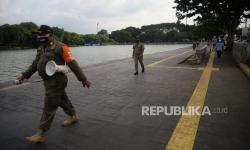 In Picture: Cegah Kerumunan, Satpol PP Patroli di Danau Sunter