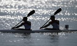 Pedayung DKI Jakarta Lukmanul Hakim dan Andri Surya Medari bersiap untuk berlaga dalam semifinal canoeing MK2 1000 PON Papua di Teluk Youtefa, Papua, Senin (27/9/2021).