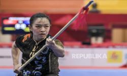Atlet wushu putri Jateng Dessy Wulandari beraksi saat bertanding pada final Wushu kategori Qiang Shu Putri PON Papua di Gor Futsal Dispora, Kabupaten Merauke, Papua, Jumat (1/10/2021). Dessy Wulandari meraih medali perak pada kategori tersebut.