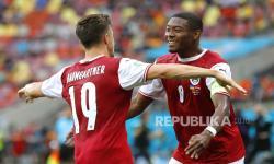 Christoph Baumgartner (kiri) dari Austria merayakan dengan rekan setimnya David Alaba (kanan) setelah mencetak keunggulan 1-0 selama pertandingan sepak bola babak penyisihan grup C UEFA EURO 2020 antara Ukraina dan Austria di Bucharest, Rumania, 21 Juni 2021.