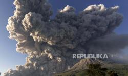 Gunung Sinabung Erupsi dengan Jarak Luncur Awan Panas 4,5 Km