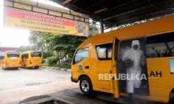 Petugas melakukan dekontaminasi dan sterilisasi pada armada bus sekolah di Pool Unit Pengelola Angkutan Sekolah (UPAS) DKI Jakarta. Sebanyak 14 armada bus sekolah saat ini disiagakan sebagai alat transportasi warga yang tidak mengantongi Surat Izin Keluar Masuk (SIKM) dan akan masuk ke ibu kota Jakarta. (ilustrasi)
