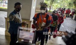 Sejumlah atlet dan ofisial DKI Jakarta tiba untuk menjalani karantina di Hotel Grand Cempaka Business, Jakarta, Kamis (14/10).