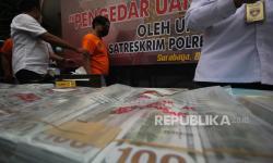 In Picture: Polrestabes Surabaya Amankan 1,5 Juta Dolar AS Palsu