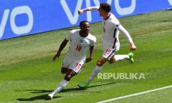 Raheem Sterling (kiri) dari Inggris merayakan dengan rekan setimnya Mason Mount setelah mencetak gol 1-0 selama pertandingan sepak bola babak penyisihan grup D UEFA EURO 2020 antara Inggris dan Kroasia di London, Inggris, 13 Juni 20