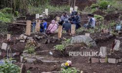 Keluarga Makamkan Sendiri Jenazah Covid-19 di TPU Cikadut