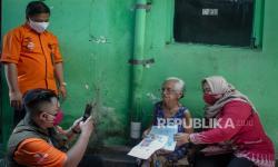 In Picture: Distribusi Bantuan Sosial Tunai secara <em>Door to Door</em> di Solo