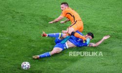 Stefan de Vrij dari Belanda beraksi selama pertandingan penyisihan grup C babak penyisihan UEFA EURO 2020 antara Belanda dan Ukraina di Amsterdam, Belanda, 13 Juni 2021.