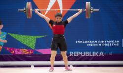 Lifter putri Jawa Barat Alfiah R Tsabitha mengangkat beban pada kelas 59 kg Putri PON Papua di Auditorium Universitas Cenderawasih, Kota Jayapura, Papua, Kamis (7/10)..