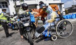In Picture: Siswa Disabilitas Bagikan Sembako dan Masker Gratis