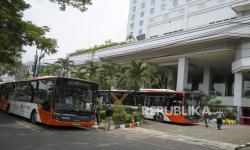 Petugas menyiapkan bus Transjakarta untuk petugas medis yang menginap di Hotel Grand Cempaka Bisnis, Jakarta. Pemerintah Provinsi DKI Jakarta menyediakan hotel sebagai lokasi isolasi terpadu para atlet DKI Jakarta yang usai berlaga di PON XX Papua. (ilustrasi)