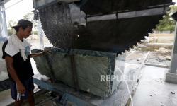 Batu Giok Aceh Dipasang di Lantai Masjid Agung Nagan Raya