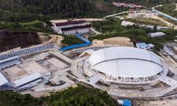 Foto udara suasana kompleks venue voli indoor untuk perhelatan PON XX Papua di Koya Koso, Muaratami, Kota Jayapura, Papua, Senin (23/8/2021). Lapangan dengan kapasitas 2.200 orang untuk voli indoor dan berkapasitas 623 orang untuk voli pasir ini merupakan venue bola voli pertama yang memilki tujuh lapangan, lapangan pemanasan di bawah tanah dan juga satu-satunya lapangan voli pasir di Indonesia yang letaknya berada di atas gunung.