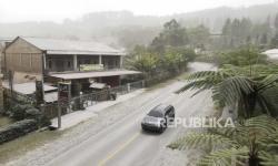 TNI-Polri Kembali Bersihkan Abu Erupsi Sinabung