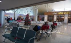 Calon penumpang menunggu di ruang tunggu Terminal Keberangkatan Bandara Domine Eduard Osok (DEO) Kota Sorong, Papua Barat, Jumat (18/12). Bandara Domine Eduard Osok Sorong siap memanfaatkan momentum penyelenggaraan PON XX Papua untuk ikut meningkatkan kunjungan wisatawan di sejumlah daerah di wilayah itu.