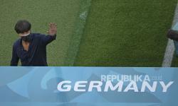 Manajer Jerman Joachim Loew melambaikan tangan saat ia berjalan di dekat touchline sebelum pertandingan grup F kejuaraan sepak bola Euro 2020 antara Jerman dan Hongaria di stadion sepak bola arena di Munich, Jerman, Rabu, 23 Juni 2021.