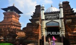 Dua Tombak di Dekat Mimbar Masjid Menara Kudus Dibersihkan