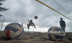 Atlet bola voli pasir Sumbar, Sony Mandala Putra, mengembalikan bola saat latihan di Pantai Ujung Batu, Padang, Sumatera Barat, Jumat (3/9/2021). Tim voli pasir Sumbar memusatkan latihan intensif menjelang PON XX/2020 di Papua.