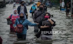 In Picture: Banjir Rob Rendam Pelabuhan Nizam Zachman Jakarta Utara