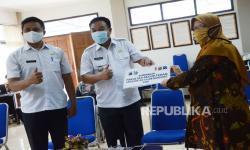 Unisba Beri Bantuan Septictank Komunal Warga Tamansari