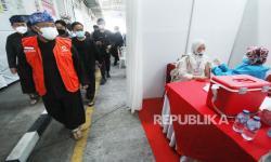 In Picture: Vaksinasi Covid-19 Karyawan Pabrik di Kota Bandung