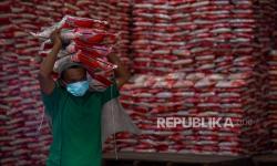 In Picture: Bulog dan Kemensos Salurkan Beras Bantuan PPKM di Medan
