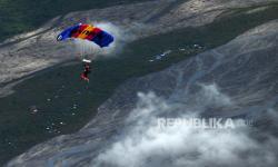 Atlet terjun payung Lampung melakukan penerjunan dari atas pesawat CN 235-100 M pada pertandíngan babak ke tujuh kelas kerja sama antar parasut PON Papua di Kabupaten Mimika, Papua, Senin (11/10/2021).