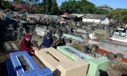 Warga Muslim di Papua Taati Protokol Saat Ziarah Kubur