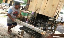 In Picture: Jasa Pemotongan Kayu Sengon di Wonosobo