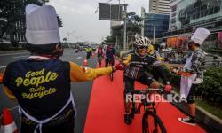 In Picture: Komunitas Bike To Work Indonesia Bagi-bagi Makanan