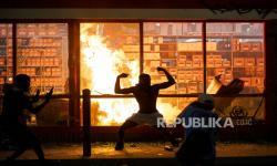Massa Aksi Solidaritas George Floyd Bakar Kantor Polisi