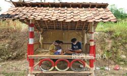 Siswa Bengkulu Belajar di Tepi Sungai demi Sinyal Internet