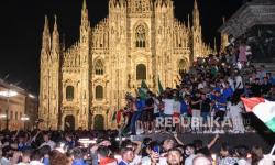 Pendukung merayakan kemenangan Kejuaraan UEFA EURO 2020 di akhir final melawan Inggris, dimainkan di stadion Wembley di London, di Milan, Italia, 11 Juli 2021.