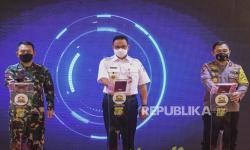 Kapolda Metro Jaya Irjen Pol Fadil Imran (kanan)
