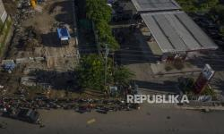 In Picture: BBM Langka, Warga Antre Berjam-jam di SPBU di Lembatta, NTT