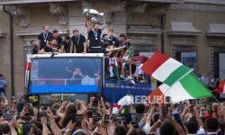 Para pemain Italia merayakan kemenangan mereka di atas bus terbuka di Roma, Senin (12/7). Dalam pertandingan final Euro 2020 yang dimainkan di stadion Wembley di London pada hari Minggu Italia mengalahkan Inggris 3-2 dalam adu penalti setelah bermain imbang 1-1.