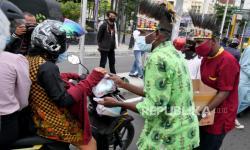 In Picture: Pembagian Takjil untuk Pengendara Jalan di Yogyakarta