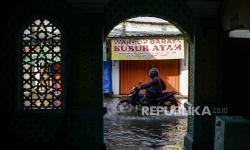 In Picture: Banjir Rendam Jalan Mampang Depok (2)