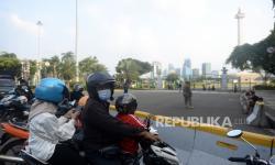 In Picture: Taman Monas Ditutup, Warga Kecewa